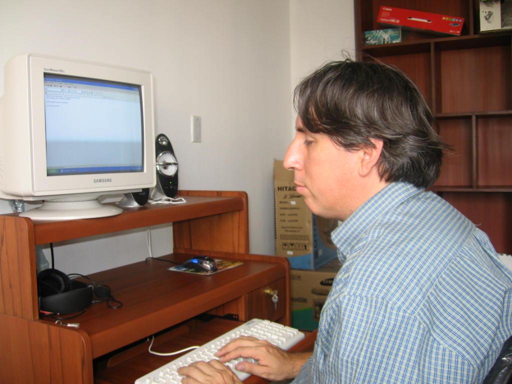 Usuario invidente leyendo mediante PC con lector de pantalla.