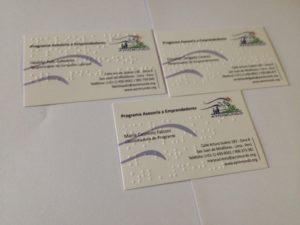 Imagen que muestra foto con tres tarjetas impresas en Braille
