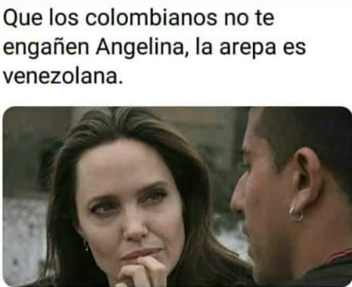 Fotografía del momento. Angelina está atenta escuchando a lo que le dice el ciudadano y se ve tanta concentración por su parte que la imagen se presta para un meme.