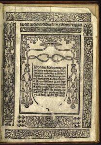 Imagen de un libro muy antiguo que muestra hojas con inscripciones en latín.